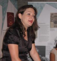 Doris Aschenbrenner, Landtagskandidatin erläutert die Ausstellung