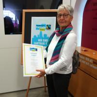 Maria Söllner übernimmt für die Fairtrade-Steuerungsgruppe die Urkunde in Empfang